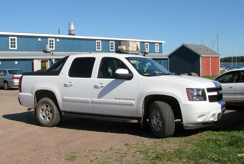 Front Right White 2007 Chevrolet Avalanche Truck Picture